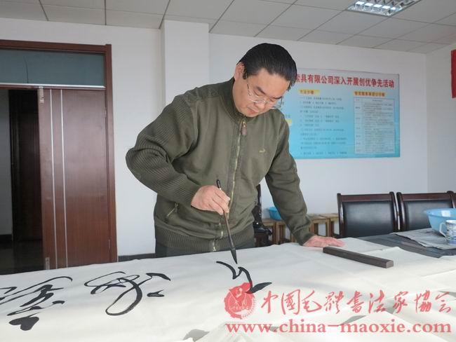 中国毛体书法家协会副会长兼秘书长孔维阳书写现场